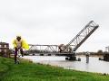 """Auf dem Deich. Im Hintergrund die """"Friesenbrücke""""."""